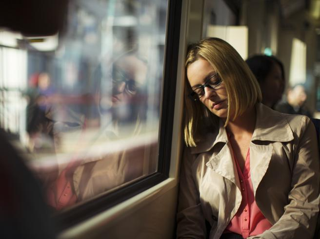 Perché siamo sempre esausti (anche se dormiamo)? Ecco 15 possibili spiegazioni