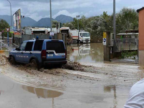 Allagamenti causati dall' abbondante pioggia che ha provocato l'esondazione del fiume Calore, a Benevento (Ansa)