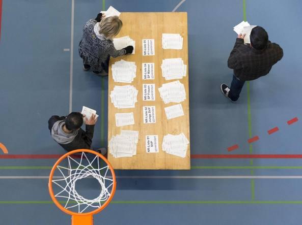 Berna, si contano i voti per le elezioni parlamentari (Epa)