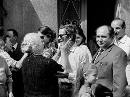 Pasolini a Casarsa il 1° settembre 1969 con una zia (Elio Ciol)