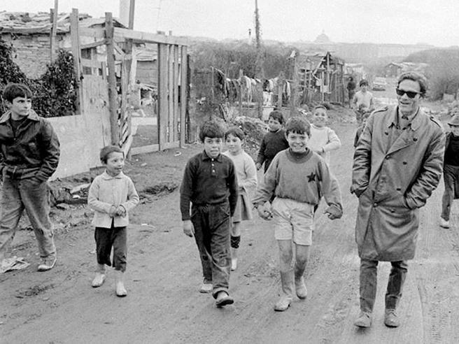 Pier Paolo Pasolini con i ragazzini di una borgata romana
