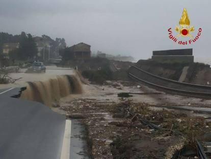 Calabria: esondazione del Ferruzzano spazza via ferrovia e statale Ionica 106