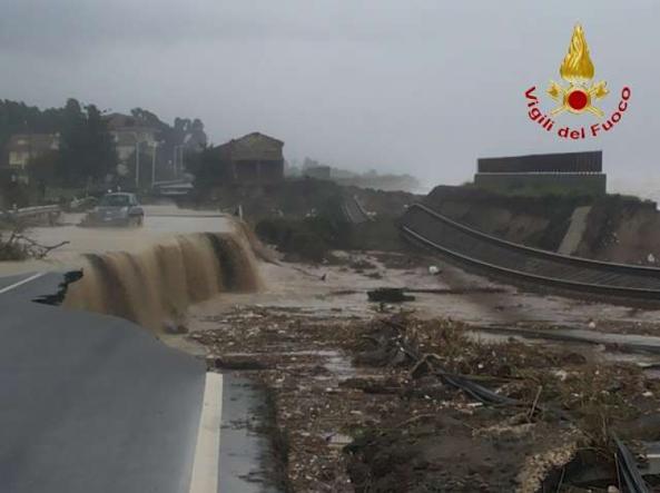 Calabria piogge e torrenti spazzano via strade e ferrovie for Cabine del torrente grave