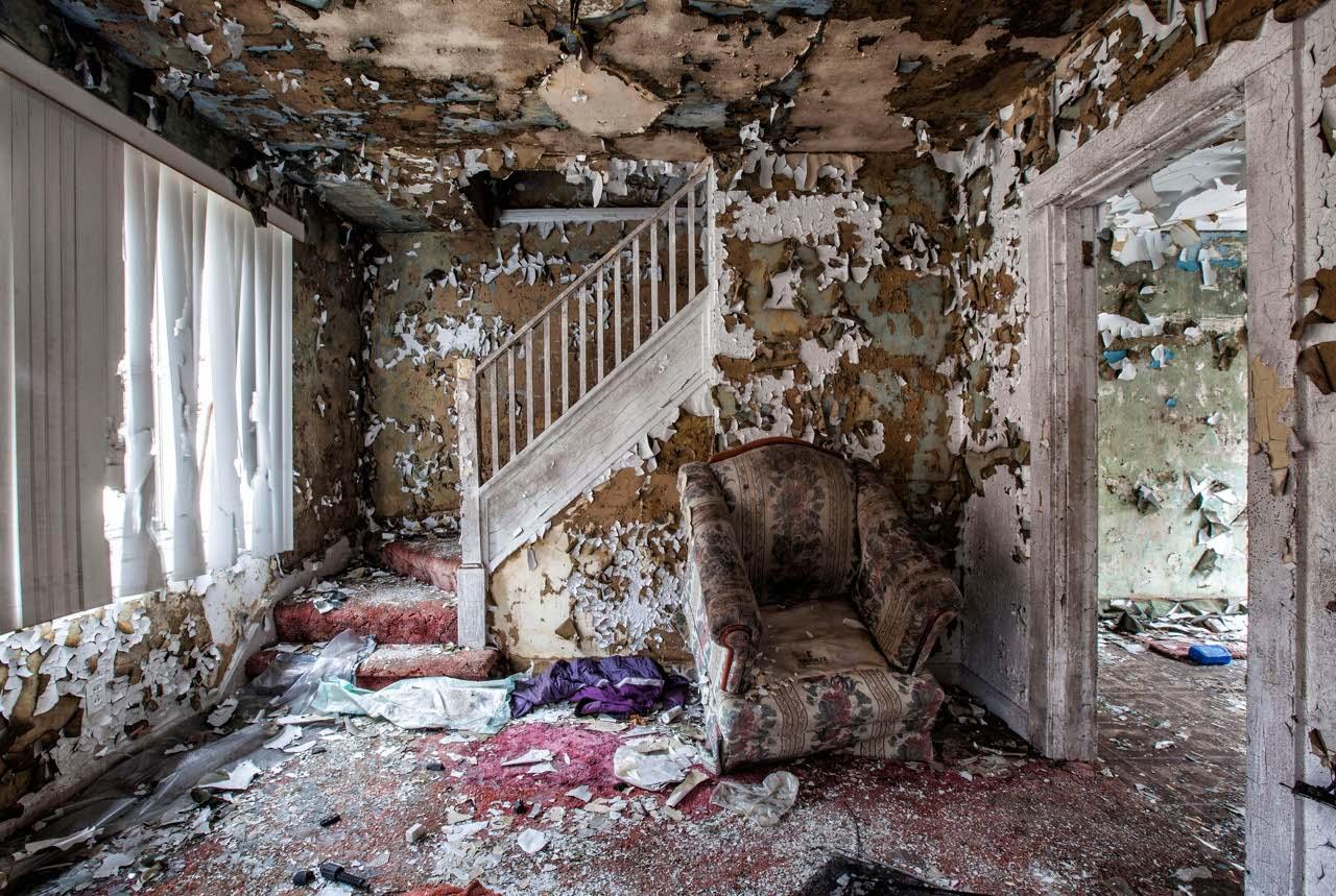 Mobili cimeli vestiti la magia delle case abbandonate for Gli interni delle case piu belle d italia