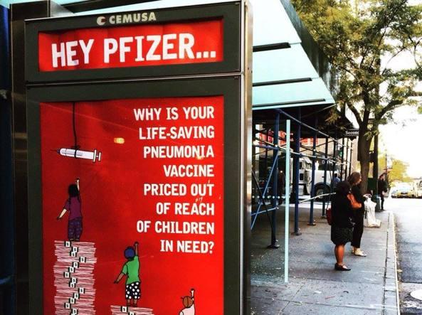 L'annuncio di Medici Senza Frontiere affisso a New York