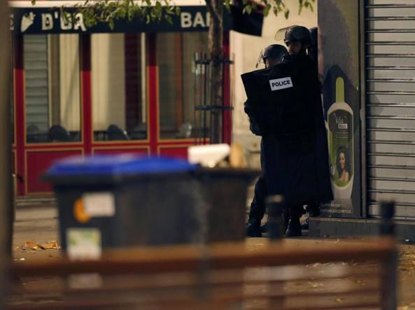 Un momento dell'operazione a Parigi (Reuters/Hartmann)