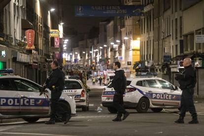 Attentati a Parigi, blitz della polizia a Saint-Denis: si cerca il nono terrorista  Abdelhamid Abbaoud
