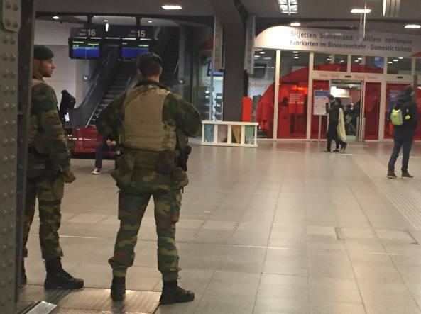 Bruxelles, la stazione principale Gare du Midi deserta e presidiata dall'esercito (Giusi Fasano)