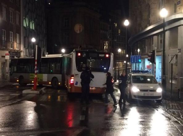 Rue du Lombard a Bruxelles bloccata utilizzando un autobus  (foto Twitter/@lesoir )