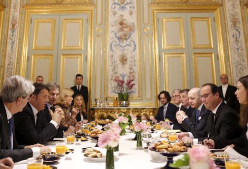 Hollande (a  destra) al tavolo con Renzi  per una colazione di lavoro all'Eliseo