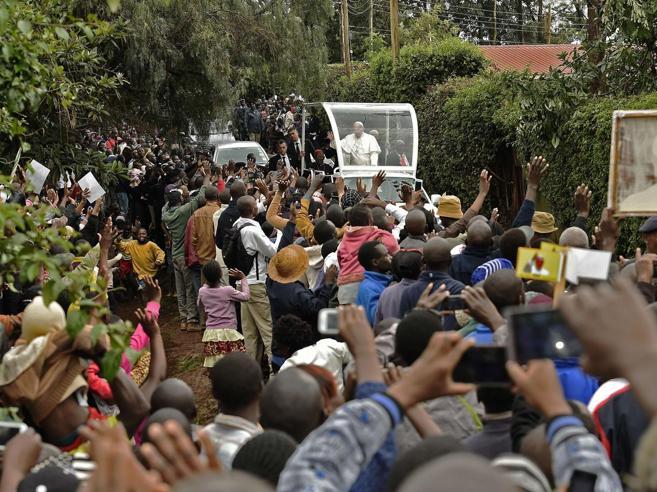 Il Papa nello slum di Nairobi «Tra i poveri mi sento a casa» Tv