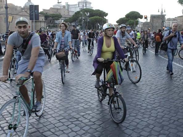 Raduno di ciclisti a Roma in una foto d'archivio (Jpeg)