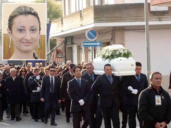 Nella foto piccola (cortesia di www.tuttoggi.info , portale informativo sull'Umbria) Raffella Presta, l'avvocatessa uccisa a Perugia. In quella grande (Corriere.it/Tasco)  i funerali che si sono tenuti martedì a San Donaci, nel Brindisino