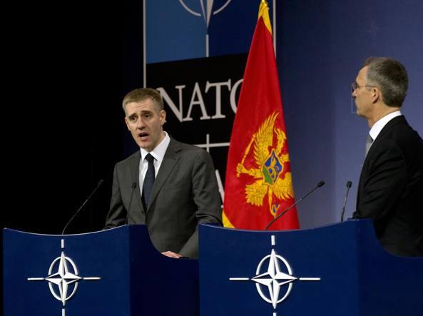 Il segretario generale della Nato Jens Stoltenberg, a destra, e il ministro degli esteri montenegrino Igor Luksic  all'assemblea Nato che ha formalizzato l'invito al Paese  balcanico ad entrare nell'Alleanza atlantica (Ap)