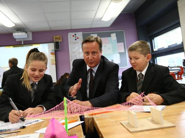 Il premier David Cameron insieme a due studenti (Getty Images)