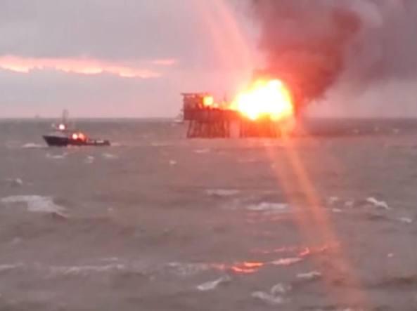 La piattaforma in fiamme nel mar Caspio (da Meydan.tv)