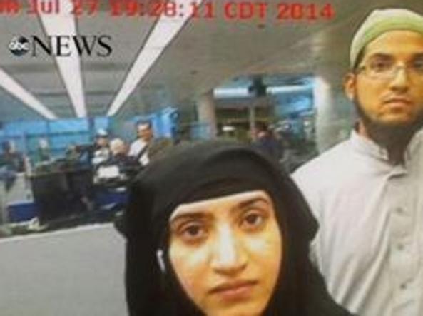 Syed Farouk e sua moglie al controllo passaporti di Chicago mentre entrano negli Usa (Foto Abc News)