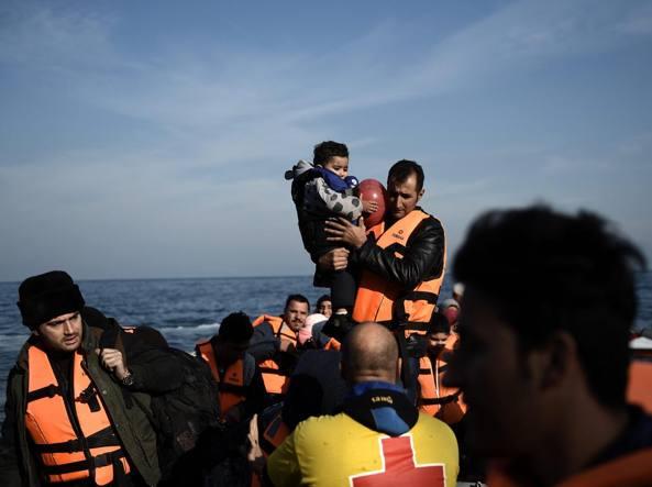 Profughi arrivati sull'isola di Lesbos dopo aver attraversato il mar Egeo dalla Turchia (Afp)