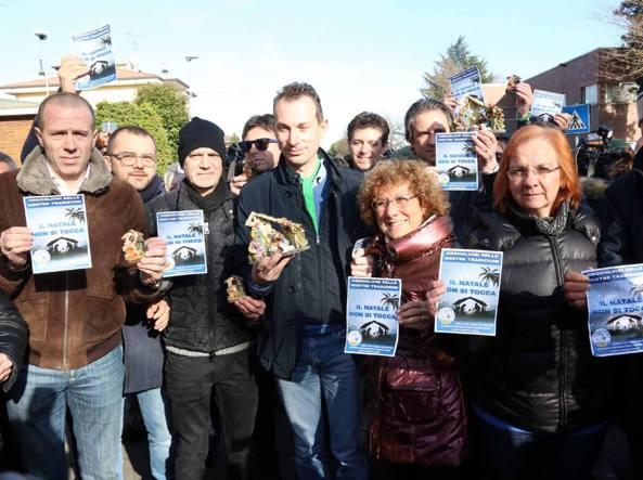 La protesta, sostenuta dalla Lega, contro la decisione del Natale laico nella scuola primaria Garofani di Rozzano (Fotogramma)