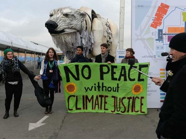 La protesta degli attivisti di Greenpeace (Afp)