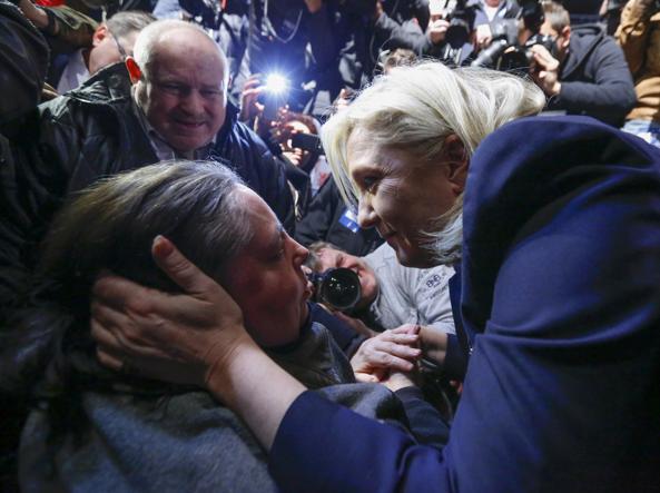 Marine Le Pen consola i suoi sostenitori (Reuters)
