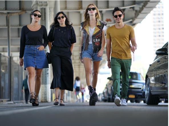 Da destra Alessio Sanzogni, Chiara Ferragni e due assistenti della fashion blogger