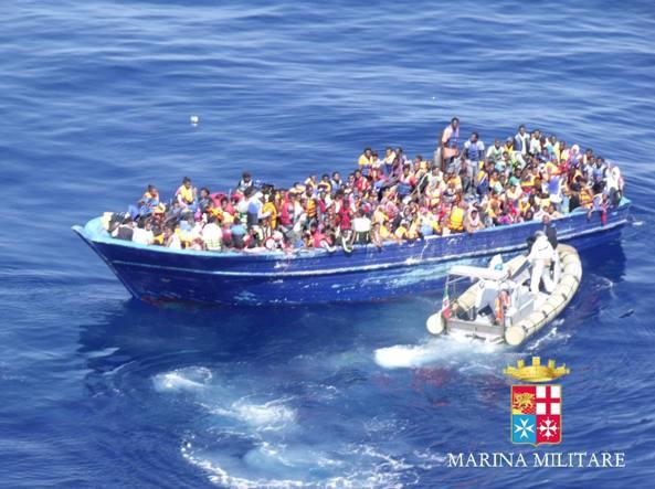 Migranti, Ue: Italia usi anche forza per impronte