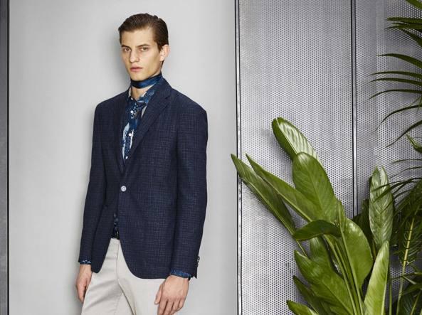 Giacca e pantaloni spezzati per questo look  dalla collezione  primavera/estate