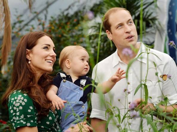 George in braccio a mamma Kate. Con loro papà William (d'Inghilterra)