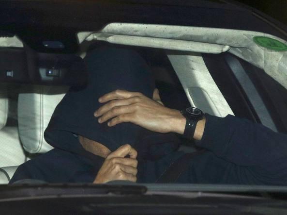 Mourinho cerca di sfuggire dai giornalisti dopo l'esonero dal Chelsea (Reuters)