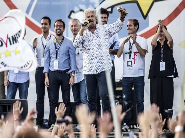 Beppe Grillo con alcuni dei suoi parlamentari alla festa del M5S al Circo Massimo