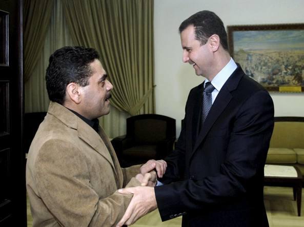 Il presidente siriano Bashar al-Assad  accoglie Samir Kuntar dopo la sua liberazione nel 2008 (Reuters)