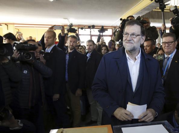 Rajoy al seggio (LaPresse)