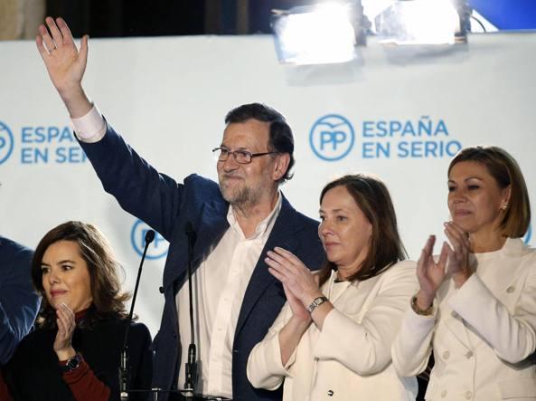 Mariano Rajoy  con la moglie Elvira Fernandez  (la seconda a destra) dopo la vittoria (Epa)