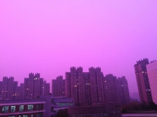 Cina, continua l'emergenza smog:  il tramonto viola di Nanchino