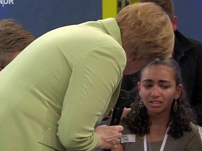 La bambina in lacrime davanti a Merkel: Reem potrà restare in Germania