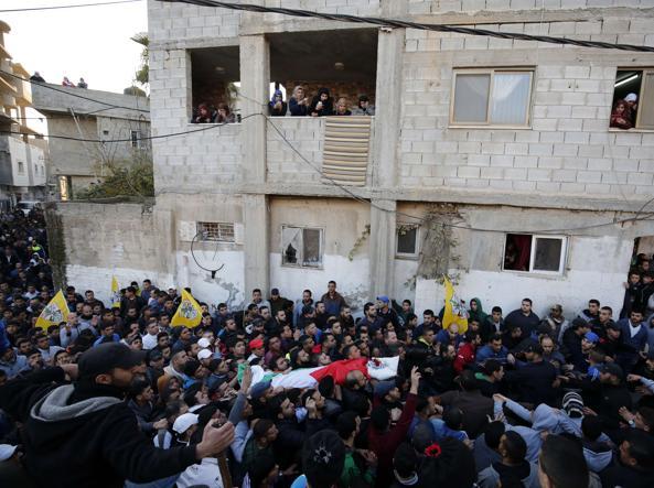 Il corpo del palestinese ucciso nel campo di Qalandia (Afp)