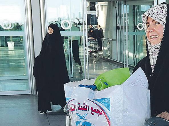 Una famiglia musulmana in un aeroporto