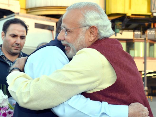 India-Pakistan, prove di disgelo: il premier indiano Modi a sorpresa da Sharif Le foto