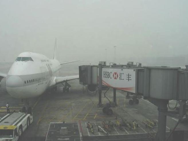 «Scarsa visibilità per  smog»E Pechino cancella 220 voli Foto