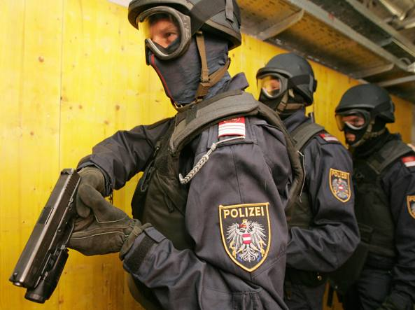 Reparti speciali della polizia austriaca (Afp)