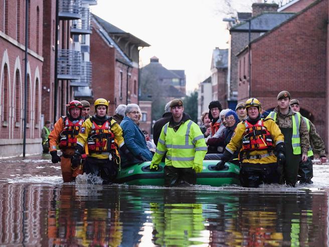 Inghilterra in ginocchio per le inondazioni:  danni e centinaia di  evacuati video