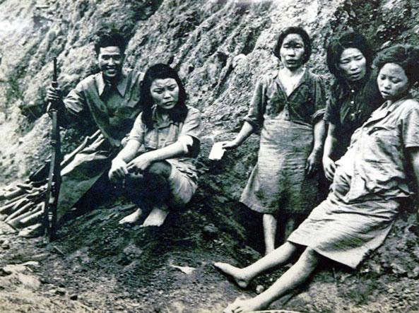 Alcune «comfort women» coreane con un soldato giapponese