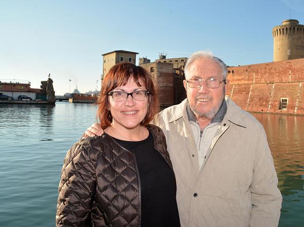 Attilio Favilla, 84 anni, e la figlia Maria Chiara, 51, davanti alla Fortezza Vecchia del porto di Livorno. Attilio era già intervenuto nel 1951 per l'alluvione del Polesine, «una catastrofe peggiore di quella di Firenze. Ma Firenze era la Bellezza, e quella bellezza avrebbe potuto salvare il mondo...» (foto Sestini / Simone Lanari)