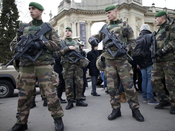 Militari a Parigi (Reuters)