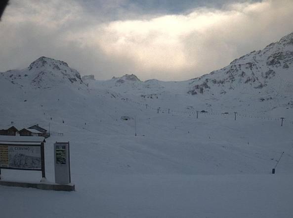 Nell'immagine tratta da una webcam su internet la neve caduta a Valtournenche , in provincia di Aosta (Ansa)
