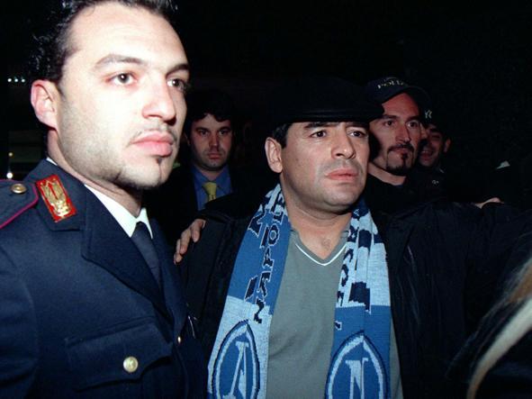 Mradona a Torino circondato da tifosi e giornalisti nel 1998, quando è stato interrogato dal pm Raffaele Guariniello