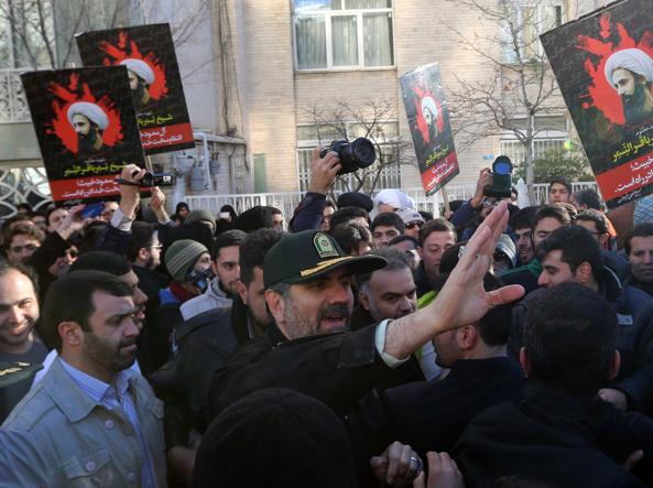 Proteste all'esterno dell'ambasciata saudita a Teheran (Afp)