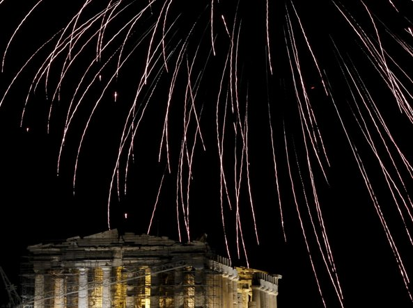 Fuochi d'artificio davanti all'Acropoli di Atene per l'ultimo dell'anno (Reuters)