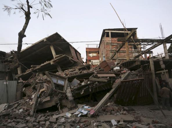 Edifici crollati per il terremoto a Imphal, in India (Reuters)